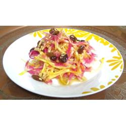 Salade « Bollywood » de betterave jaune et radis asiatiques roses, sauce au miel et aux raisins