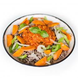 Pâtes de sarrasin aux petits légumes et bolognaise de lentilles corail (plat, 1personne)